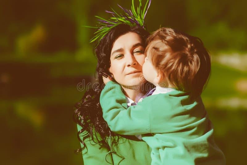 Сын целует его мать стоковое фото