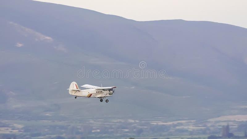 Сыпня, небольшой старый самолет для аграрный распылять стоковые фото