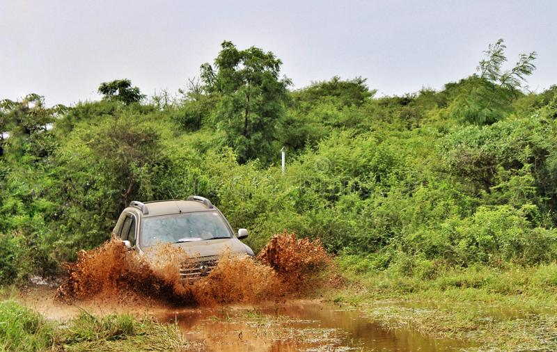 Сыпня Offroading Renault в джунглях стоковое фото