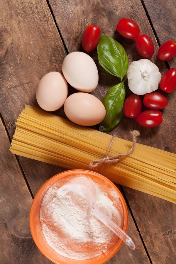 Download Сырая итальянка высушила связанные спагетти Стоковое Фото - изображение насчитывающей итальянско, италия: 40585494