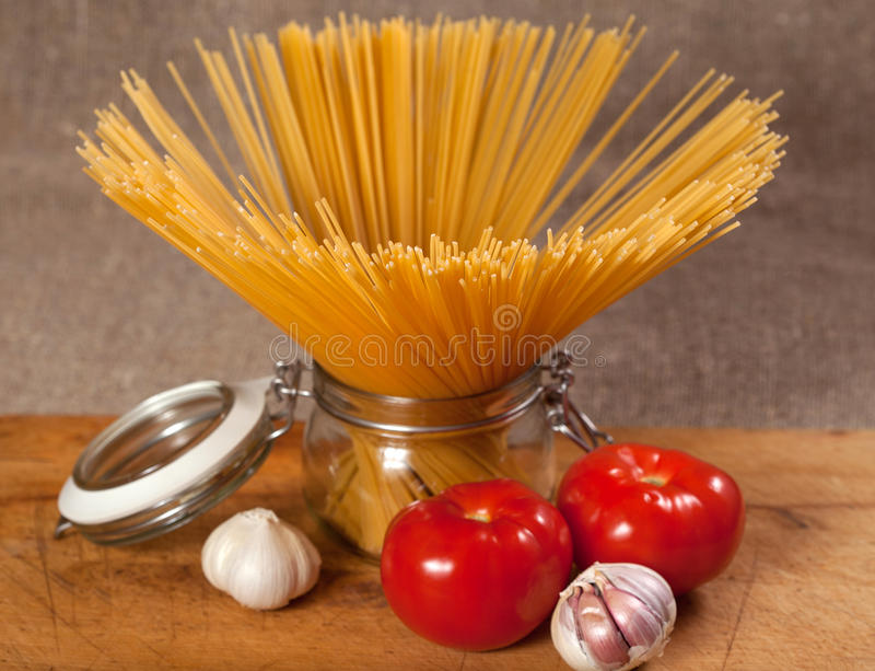 Download Сырая итальянка высушила спагетти связанные с строкой Стоковое Фото - изображение насчитывающей трава, пачка: 40585298
