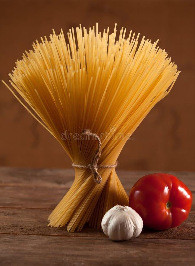 Download Сырая итальянка высушила спагетти связанные с строкой Стоковое Изображение - изображение насчитывающей трава, свеже: 40585639