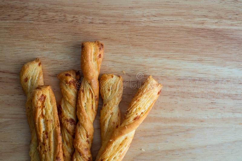 Сырная палочка, Breadsticks с сыром на деревянной предпосылке стола, стоковые фотографии rf