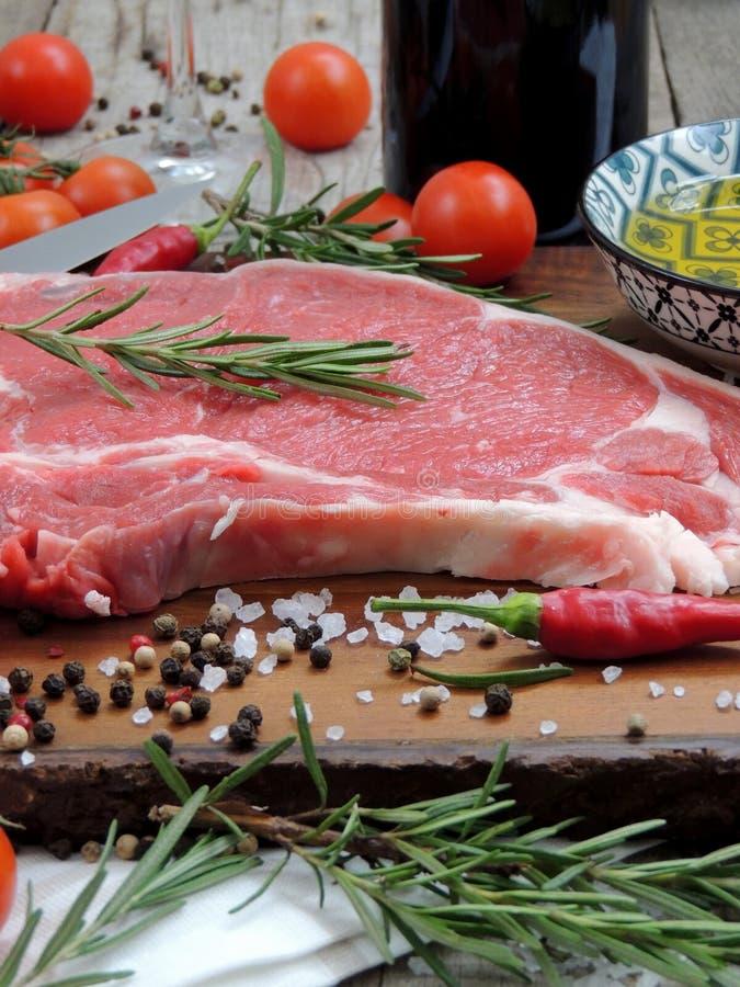 Сырое мясо, стейк говядины со специей и нож стоковая фотография
