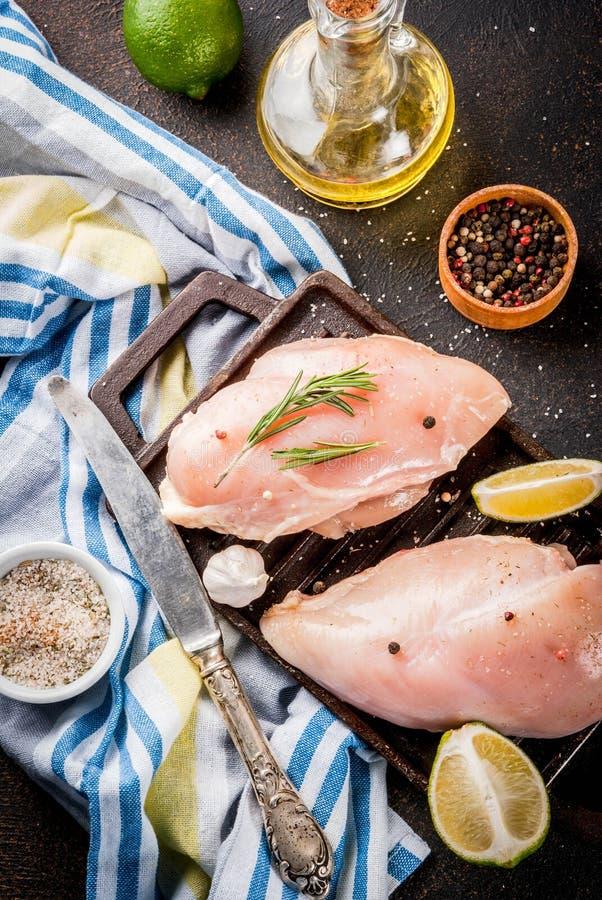 Сырое мясо, филе куриной грудки стоковое изображение rf