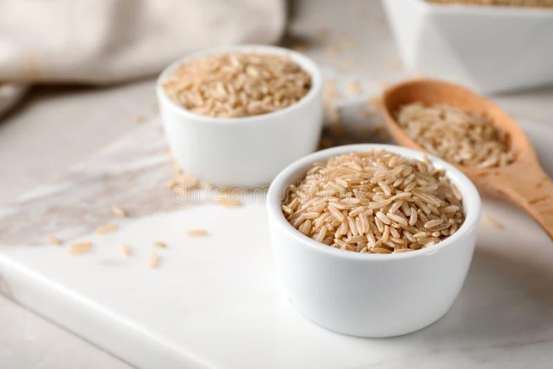 Сырой коричневый рис в небольшом шаре стоковые изображения