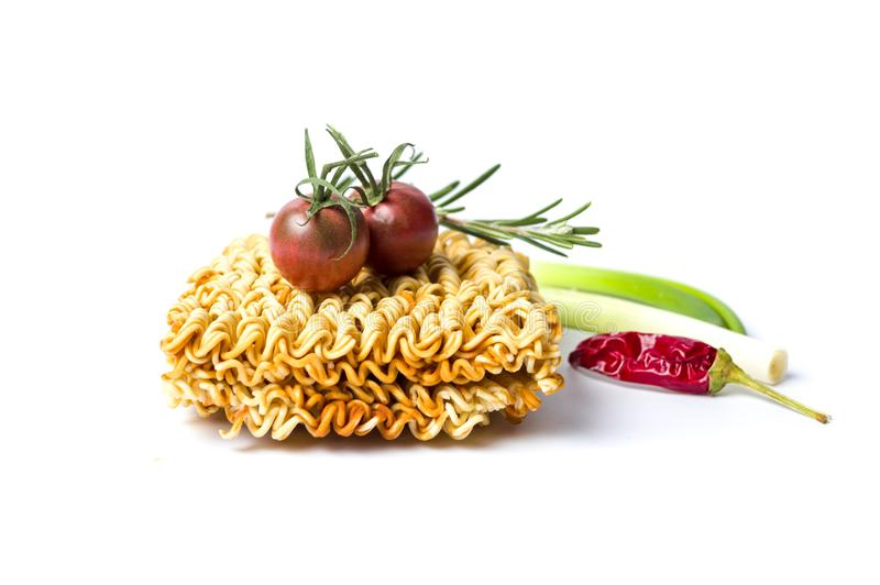 Сырой chili макаронных изделий и томата изолированный на белизне стоковое изображение rf