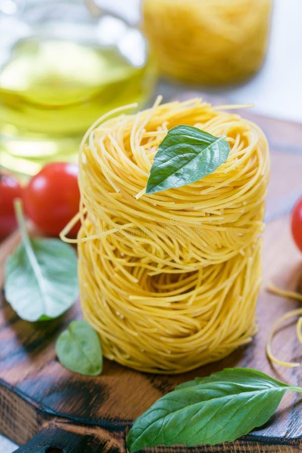 Сырцовая кухня итальянки гнезда макаронных изделий яичка стоковые фото