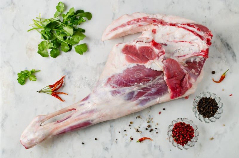 Сырцовая нога овечки на мраморной таблице стоковое изображение rf
