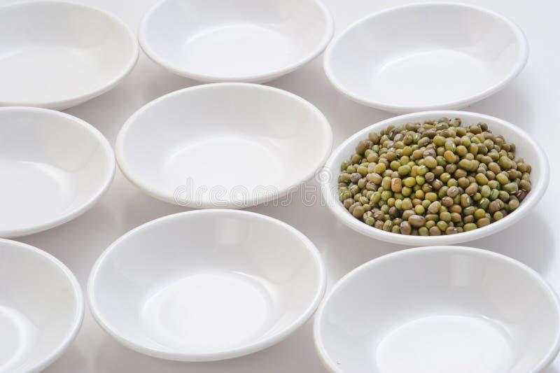 Сырцовая фасоль mung в малых шарах повторением формы круга в белизне стоковое фото