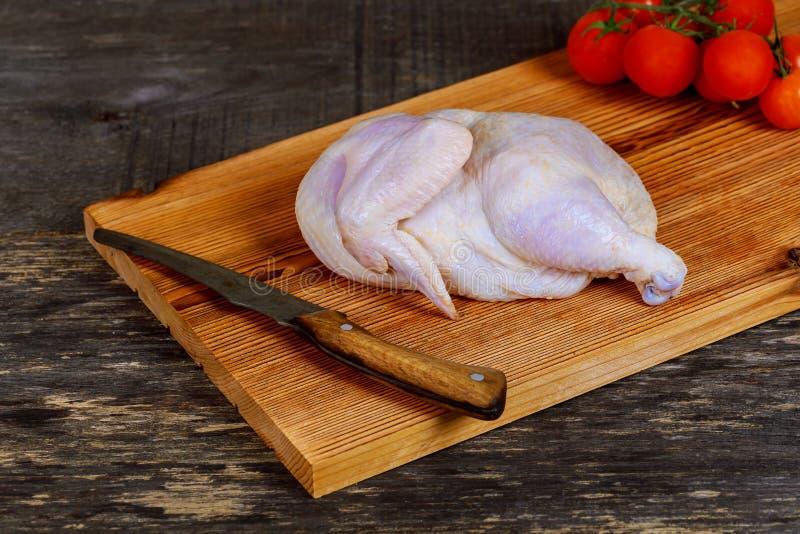 Сырцовая часть цыпленка дальше деревянной доски для marinating стоковая фотография rf