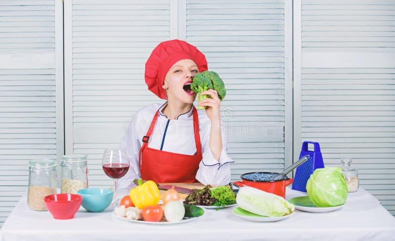 Сырцовое диетическое питание Владением шеф-повара женщины овощ брокколи профессиональным сырцовый i Как к стоковое фото rf