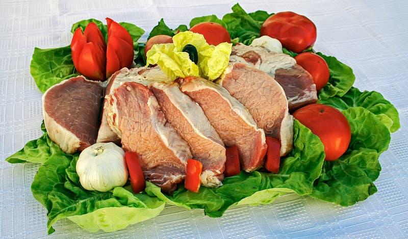 Сырцовое мясо на листьях салата стоковое изображение