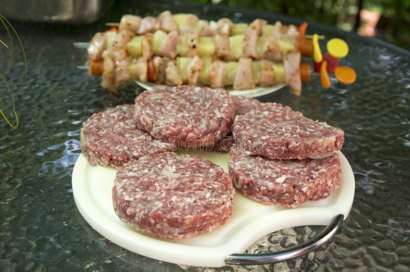 Сырцовое мясо свинины и говядины подготовило для гамбургеров на разделочной доске округленной белизной, протыкальников цыпленка н стоковые изображения rf