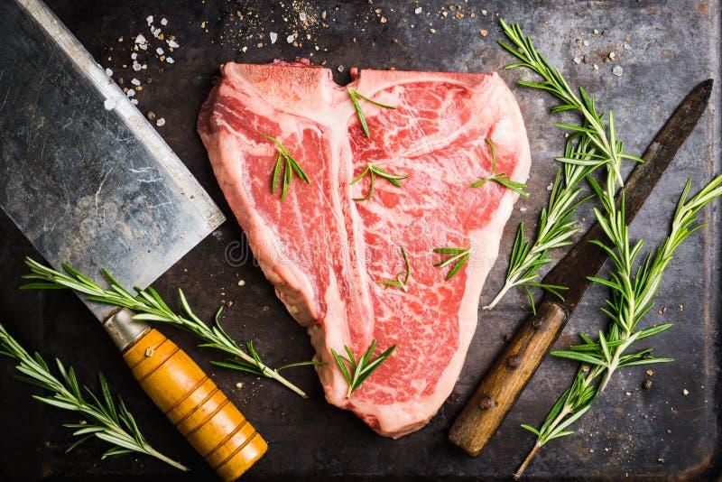 Сырцовое свежее мраморное мясо T-косточки на деревенской предпосылке стоковое изображение rf