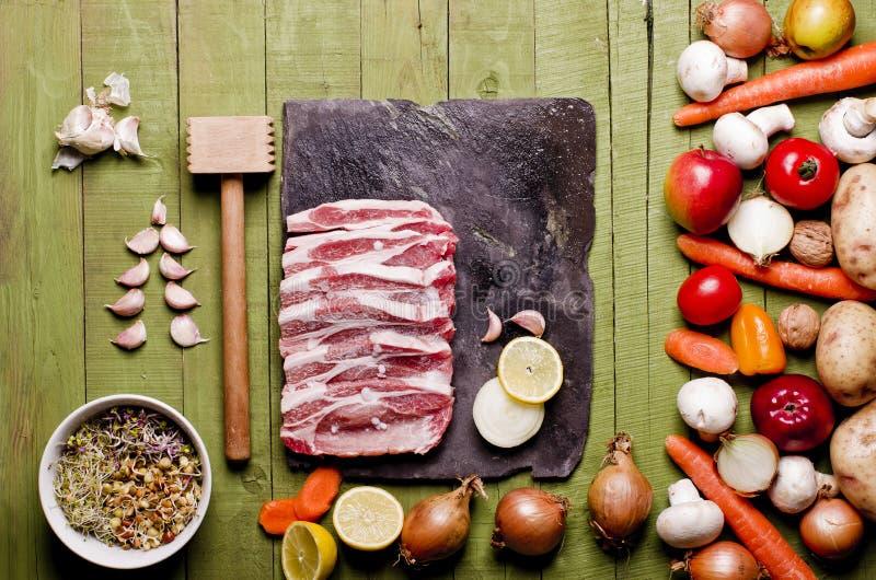 Сырцовое свежее мясо на зеленой деревянной предпосылке Шея сырцовая, vegeta свинины стоковые изображения rf