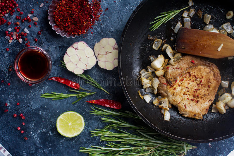 Сырцовое свежее мясо с луками, красным перцем, чесноком и известкой стоковое изображение rf