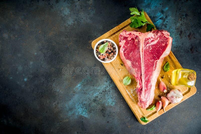 Сырцовое свежее мясо, t-косточка стоковые изображения rf