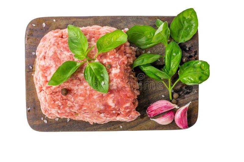 Сырцовое семенить мясо на деревянной разделочной доске изолированной на белой предпосылке стоковое изображение rf