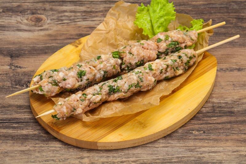 Сырцовое семенить kebab протыкальника свинины для гриля стоковое изображение