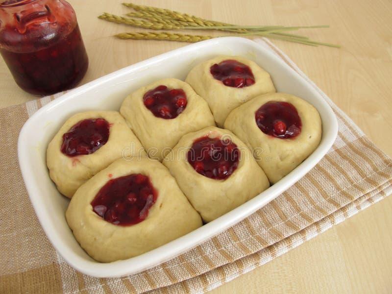 Сырцовое тесто дрожжей с вареньем lingonberry для печь сладостные плюшки стоковое фото rf
