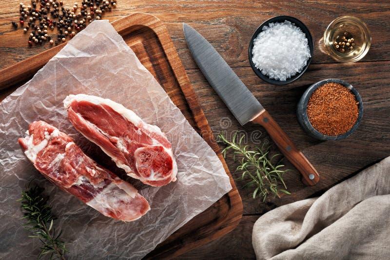 Сырцовое тушеное мясо овечки на белой варя бумаге и деревянном разделочном столе стоковое фото