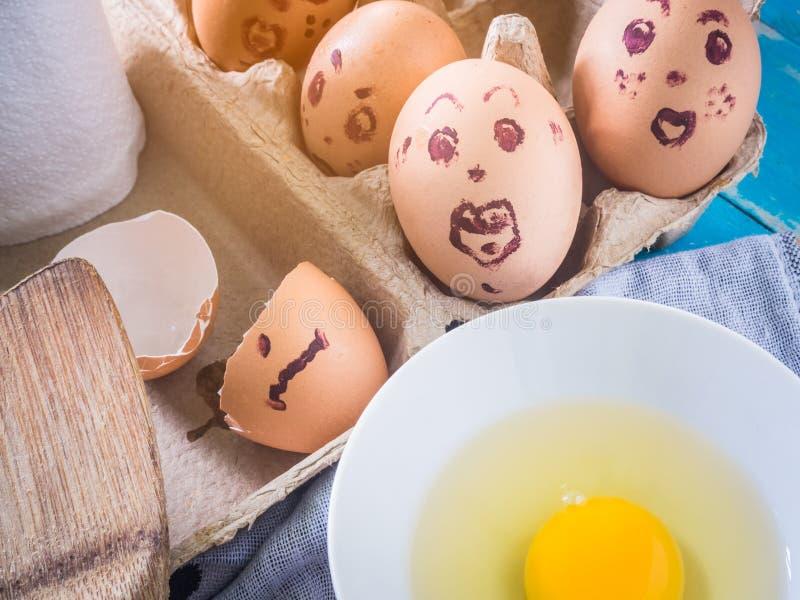 Сырцовое яичко в чашке стоковое фото