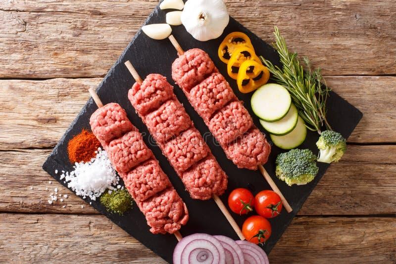 Сырцовое kebab говяжего фарша с ингридиентами и концом-u овощей стоковое изображение