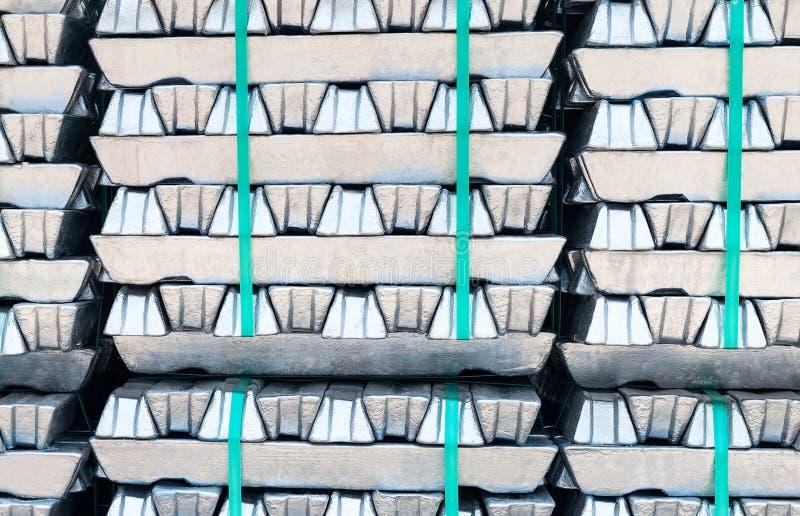 Сырцовые алюминиевые слитки стоковые фото