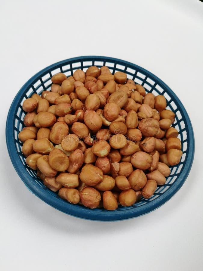 Сырцовые арахисы в корзине стоковые фото