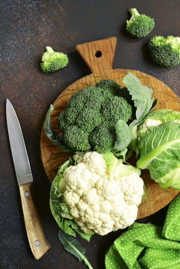 Сырцовые брокколи и цветная капуста Взгляд сверху стоковое изображение rf