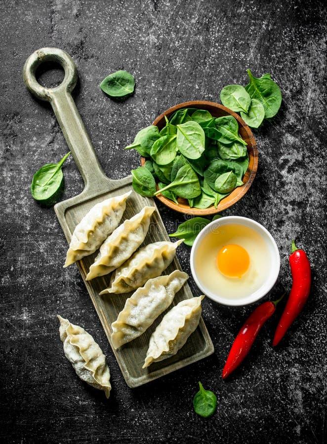 Сырцовые вареники gedza с перцем, яйцом и шпинатом chili стоковая фотография