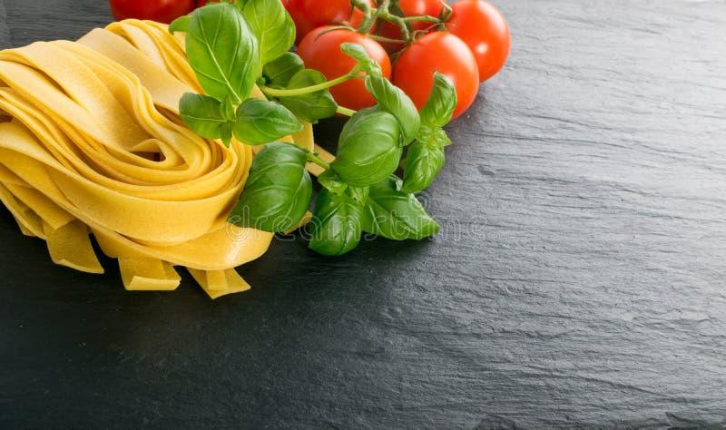 Сырцовые желтые итальянские pappardelle, fettuccine или tagliatelle макаронных изделий стоковая фотография