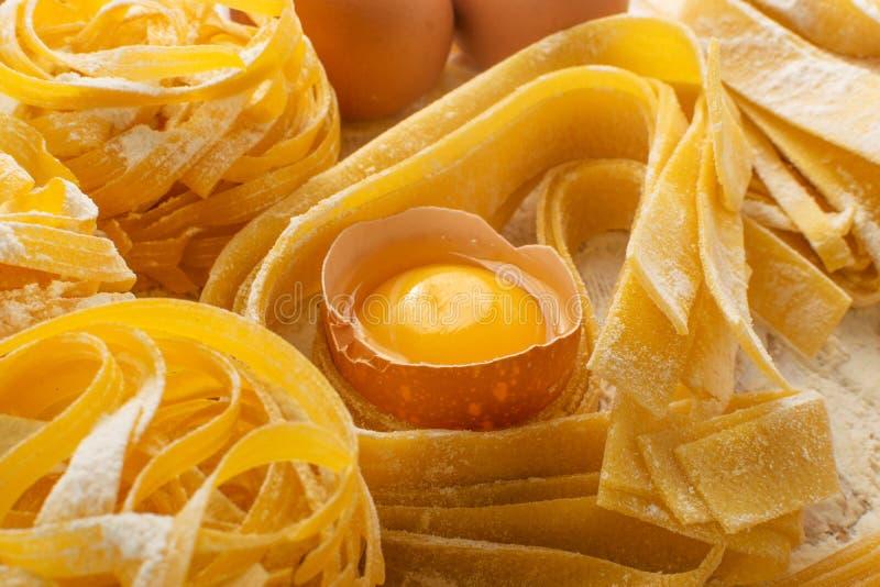 Сырцовые желтые итальянские pappardelle, fettuccine или tagliatelle макаронных изделий стоковое изображение