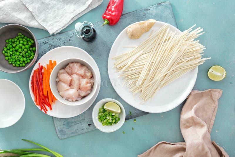 Сырцовые ингредиенты варя взгляд сверху кухни камня мяса цыпленка лапш udon поверхностный домашний стоковое фото rf