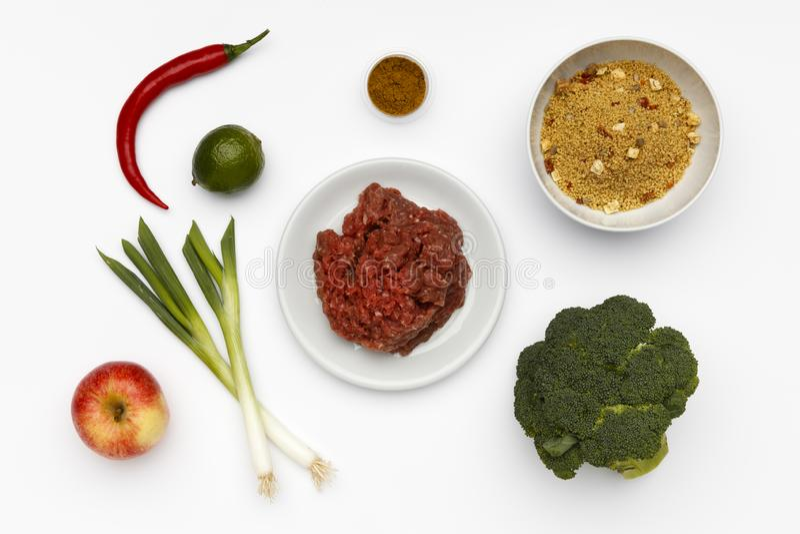 Сырцовые ингредиенты для шара очень вкусного Ras El Hanout и кускус с овощами и специями стоковые фотографии rf