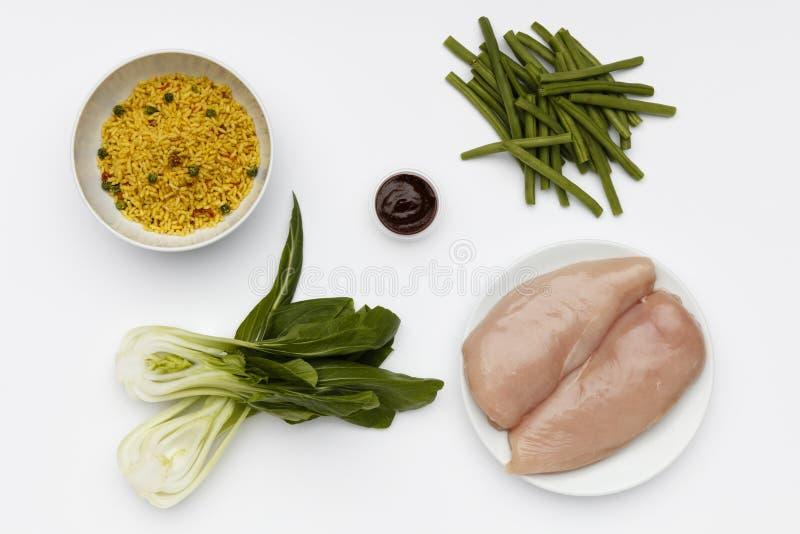 Сырцовые ингредиенты для шара очень вкусных цыпленка и кускус Tandoori с овощами и специями стоковая фотография rf