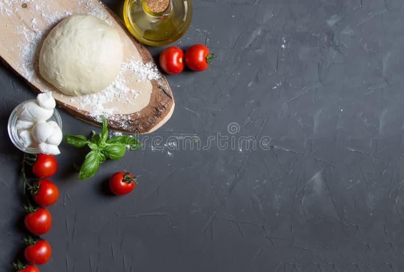 Сырцовые ингредиенты пиццы на серой предпосылке с космосом экземпляра, вы можете положить ваши изображение или надпись на право стоковая фотография rf