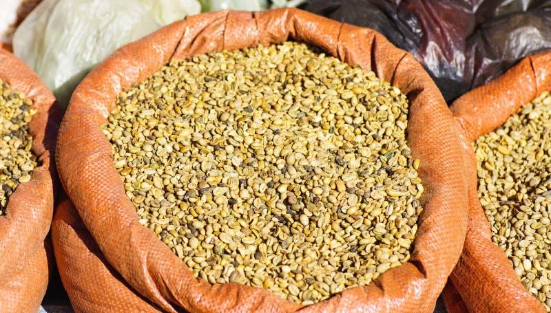 Сырцовые кофейные зерна стоковое изображение