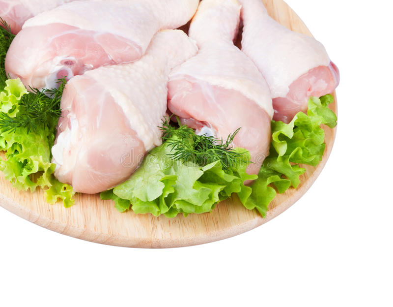 Сырцовые ноги цыпленка с зеленым салатом стоковая фотография
