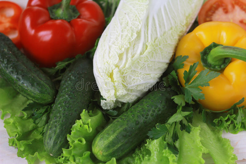 Сырцовые овощи и травы: салат, сладостный перец, огурец, китайская капуста стоковое изображение rf