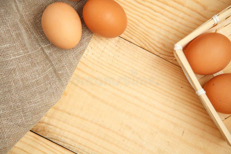 Сырцовые органические яичка Брайна в корзине стоковые изображения