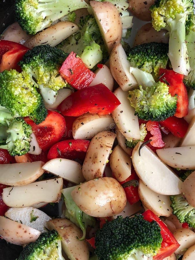 Сырцовые отрезанные овощи отрезка: брокколи, картошки, паприка с spic стоковая фотография rf