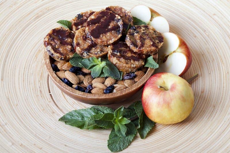 Сырцовые печенья еды с миндалинами мяты c стоковая фотография