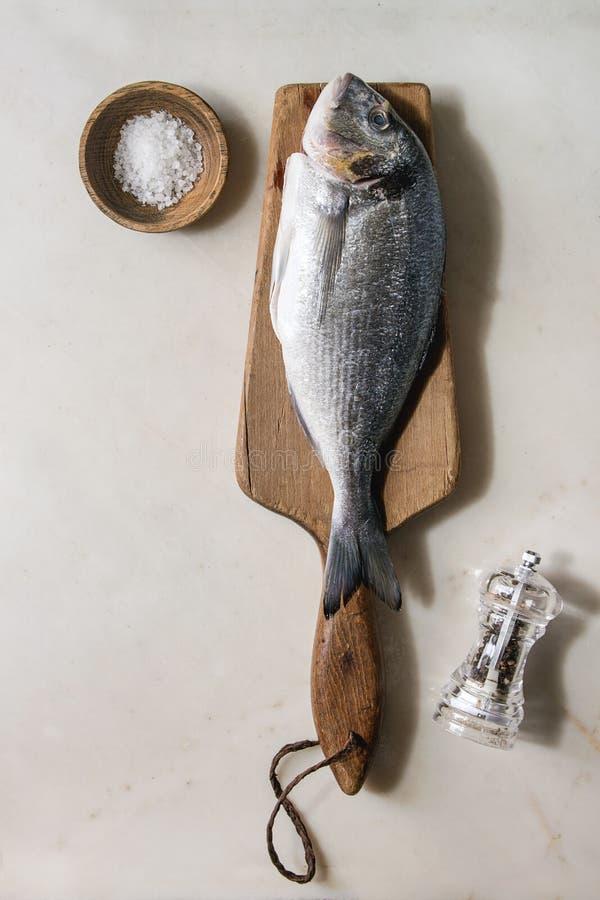 Сырцовые рыбы леща моря стоковые фото