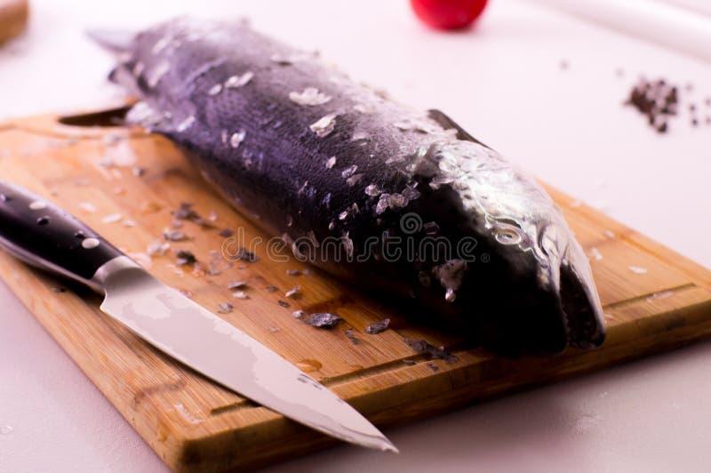 Сырцовые свежие семги на деревянной разделочной доске стоковая фотография rf