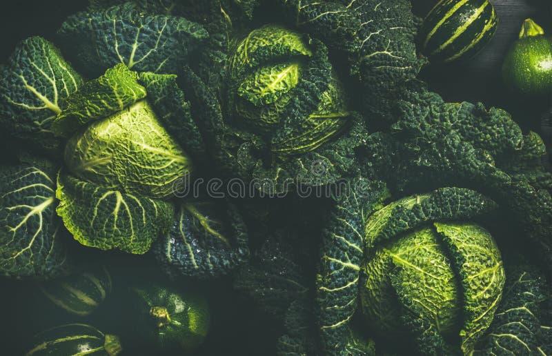 Сырцовые свежие текстура зеленой капусты и предпосылка, взгляд сверху стоковая фотография rf