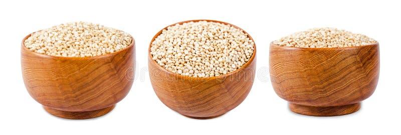 Сырцовые семена квиноа в деревянном шаре стоковое изображение