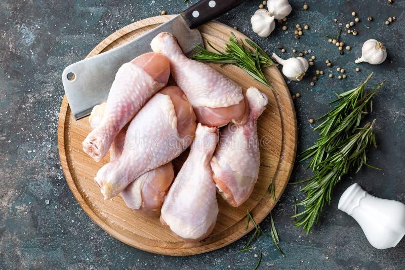 Сырцовые сырые ноги цыпленка, drumsticks на деревянной доске, мясе с ингридиентами для варить стоковые изображения