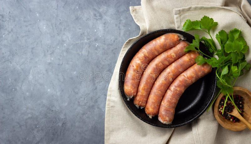 Сырцовые сырые сосиски мяса и зеленые травы стоковые изображения rf
